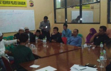 Kasat Reskrim AKP Dhoni Erwanto memimpin mediasi kasus dugaan penistaan agama./Foto: Polres Sukabumi