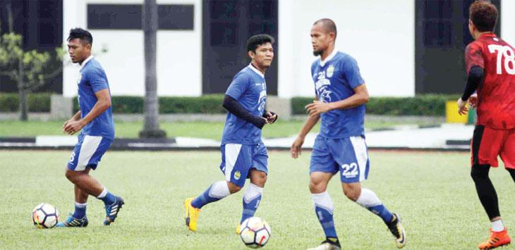 LATIHAN: Gelandang Persib Bandung Eka Ramdani (tengah) tengah berlatih bersama pemain Persib Bandung lainnya. Eka Ramdani memiliki peran baru ditangan Mario Gomez.