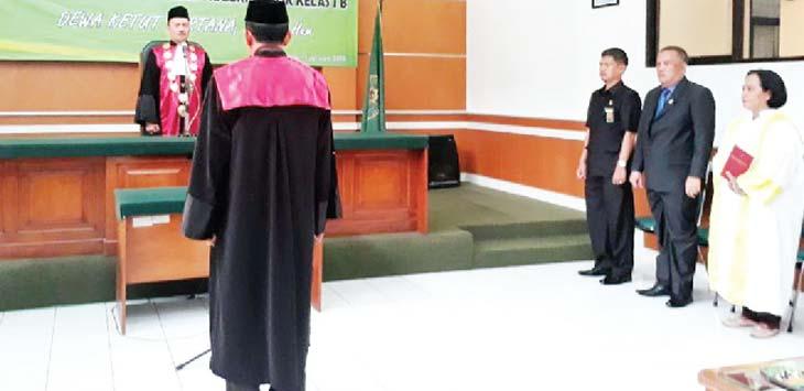 SUMPAH: Wakil Ketua PN Depok, Dewa Ketut Kartana, SH, M.Hum diambil sumpahnya saat pelantikan dirinya di aula PN Depok, Kamis (11/1/18). Ade/Radar Depok