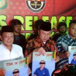 Kapolda Jawa Barat, Irjen Pol Agung Budi Maryoto, memperlihatkan foto pelaku penganiayaan KH Umar Basri di Mako Polres Cirebon Kota. Foto: Alwi/pojokjabar.com