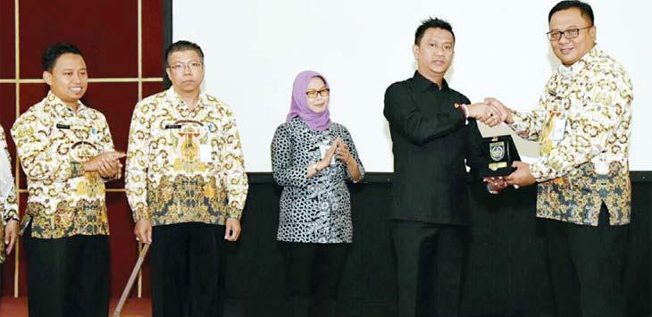 Wakil Walikota Depok Pradi Supriatna bersama Setda Depok Hardiono, anggota DPRD Kota Depok melakukan sosialisasi pembangunan 2018 di Hotel. Mahendra/Metro Depok