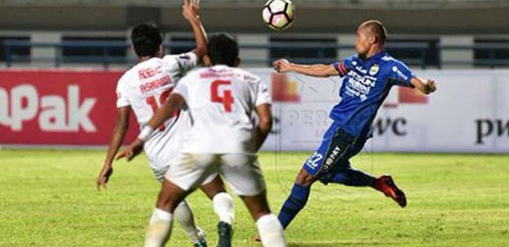 Pemain Persib Suparti Nasir dikepung pemain PSM Makassar. Persib gagal melaju di Piala Presiden 2018 setelah dikalahkan 1-0 oleh PSM Makassar. Foto: Tweitter @persib