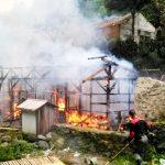 DITERTIBKAN: Sejumlah petugas menertibkan tumah rumah liar dengan cara dibakar di pinggir Jalan sepanjang Lembah Koi,