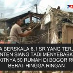 Warga bersama TNI-Polri mengevakuasi rumah warga Megamandung yang roboh akibat gempa.