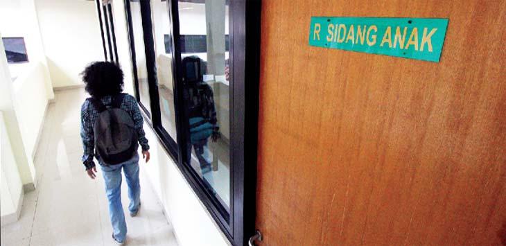 RUANG SIDANG ANAK: Warga sedang berjalan di dekat ruang sidang anak di Pengadilan Negeri Kota Depok, kamis (4/1/18). Ahmad Fachry/Radar Depok