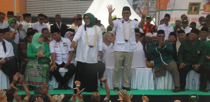 Ade Yasin dan Iwan Setiawan, saat mendeklarasikan pencalonan sebagai bupati dan wakil bupati Kabupaten Bogor, di Stadion Pakansari, Selasa (9/1/2018). SOFYANSYAH/RADAR BOGOR