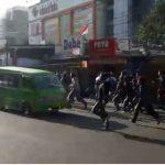 Sebanyak 7 pelajar terlibat dalam tawuran. Ironisnya kejadian tersebut tidak jauh dari Kantor Polsek Citeureup, di Jalan Mayor Oking, Kecamatan Citeureup, Kabupaten Bogor, Selasa (2/1/2017) pagi tadi.