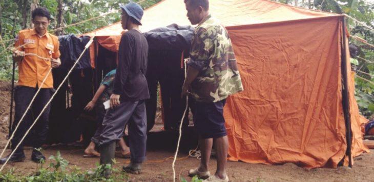 PASCA LONGSOR: Petugas BPBD Kabupaten Sukabumi menyiapkan tenda untuk pengungsian bagi sembilan KK di Kampung  Pasirjambu, Desa Bantarkalong, Kecamatan Warungkiara.
