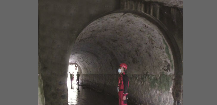 ASET: Tim Bappeda Kota Sukabumi saat menelusuri terowongan bawah tanah  di Jalan Pasundan, Kota Sukabumi. Terowongan ini menyambungkan Kecamatan Cikole, Warudoyong dan Gunungpuyuh.