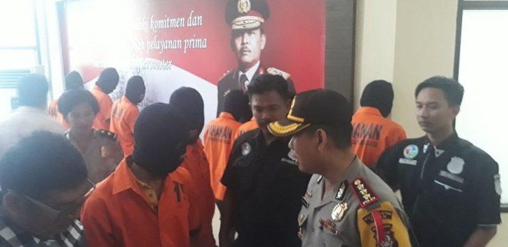 Kapolres Metro Bekasi Kombes Candra Sukma Kumara sedang menginterogasi salah seorang tersangka pesta ganja.Enriko/Pojoksatu