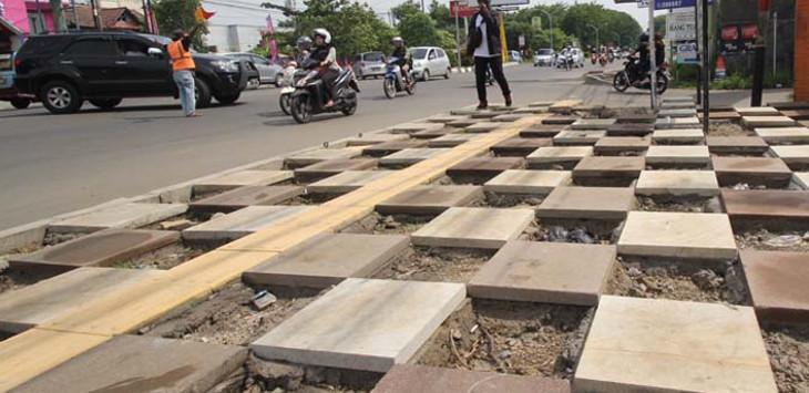 Guiding bloc trotoar (warna kuning) untuk penyandang disabilitas harus dibebaskan dari pot dan penghalang. Foto: Okri Riyana/Radar Cirebon