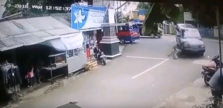 Tukang parkir di Purwakarta tak mempan terlindas mobil.