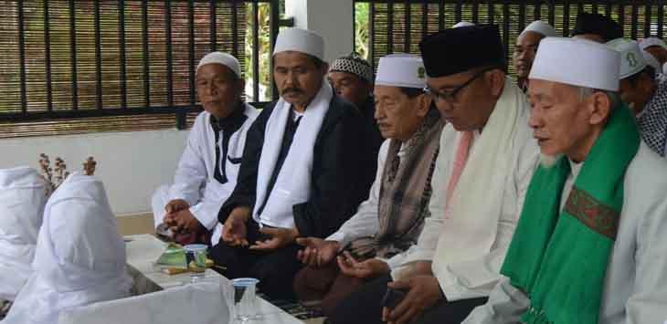 Iwan Setiawan ziarah ke makamSyeikh Zein Al Faqir Rifai setelah Jumling di Kampung Sukamana Kecamatan Tamansari Kabupaten Bogor, Jumat (19/01/2018)./Foto:  Andhika Ramadhan