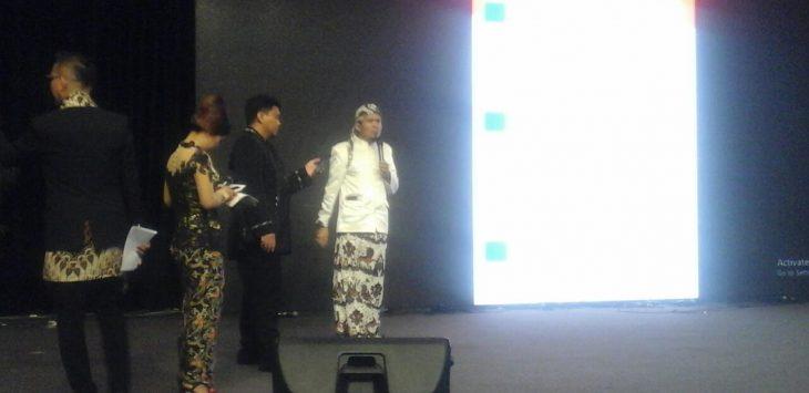 Emirzal Hamdani, Ketua KPU Kota Cirebon (kanan baju putih) sedang menyampaikan sosialisasi tahapan Pemilu selanjutnya di hadapan calon Walikota. Foto: Alwi/pojokjabar.com.