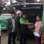 Ketua LPBI PCNU Kab. Cirebon H. Syafik (kedua dari kiri) tengan meemberikan bantuan kepada warga terdampak banjir. Foto: Bagja/pojokjabar