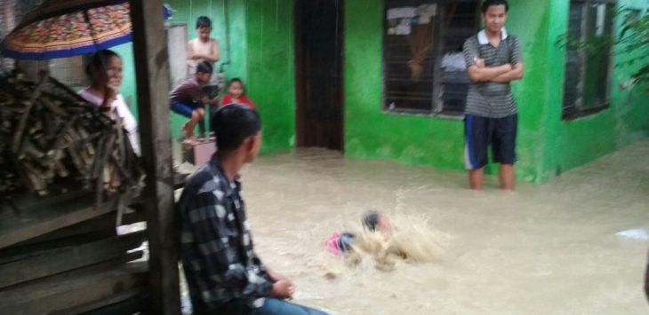 Warga kelurahan Kalijaga yang terkena dampak banjir beberapa hari kemarin. Foto: Alwi/pojokjabar.com