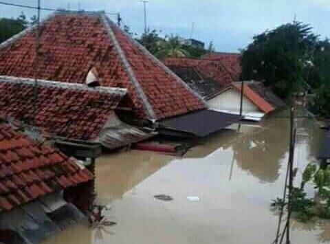 Air merendam rumah warga di Kec. Pasaleman yang tingginya hampr menutup rumah. Foto: Bagja/pojokjabar