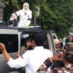 Anne Ratna Mustika diatas mobil saat kampanye damai arak-arakan, dikawal ketat oleh ormas kepemudaan