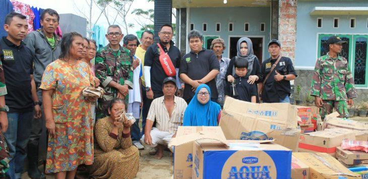 Sultan Kacerbonan (tengah) dan kang Reza  (tas merah) saat memberikan bantuan kepada korban banjir. Foto: Dede/pojokjabar