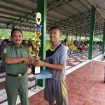 Kadis Budparpora Kabupaten Cirebon, H Hartono (kiri) menyerahkan piala kepada juara pertama. Foto: Dede/pojokjabar