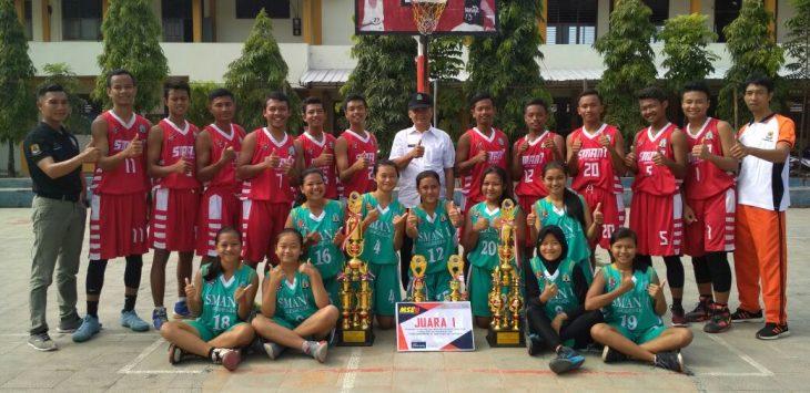 Foto bersama tim bola basket SMAN 1 Gegesik. Foto: Dede/pojokjabar