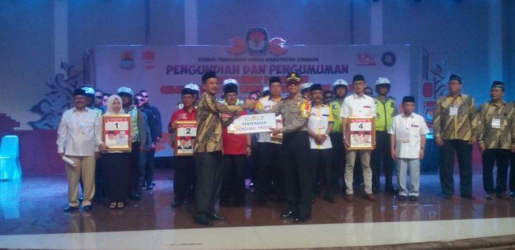 Waka Polres Cirebon, Kompol Wadi Sahbana, menyerahkan personil Polri kepada ketua KPU. Foto: Dede