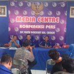 Plt Ketua DPC Partai Demokrat Kab. Cirebon H. Nana Karnadi tengah memberikan pengarahan kepada DPAC se Kabupaten Cirebon. Foto: Bagja/pojokjabar)