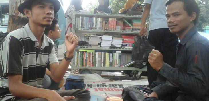 Dua orang mahasiswa di Jalan Perjuangan Kota Cirebon mengharapkan keinginannya tentang pembangunan kota kepada dua pasangan calon Walikota yang berkompetisi. Foto: Alwi/pojokjabar.com.