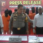 Kapolres Cirebon, AKBP Risto Samodra sedang mengecek barang bukti narkoba darib18 orang tersangka yang berhasil diamankan pihaknya. Foto: Alwi/pojokjabar