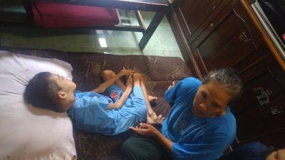 Dede (11) penderita tumor, hanya terkulai lemas menahan sakit dirumahnya Foto: Azis