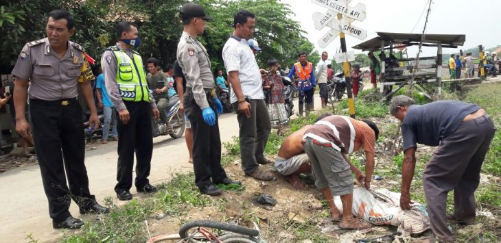 Korban tertabrak  kereta saat di evakuasi. Foto: Dede/pojokjabar