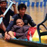 EVAKUASI: Warga beraktivitas di Kawasan Baleendah, Kabupaten Bandung, Jumat (23/2/18). Sebanyak 4 kecamatan di wilayah Bandung Selatan terendam banjir akibat intensitas hujan tinggi yang menyebabkan meluapnya Sungai Citarum dan anak Sungai terpanjang di Jabar tersebut. RIANA SETIAWAN/RADAR BANDUNG