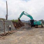 DIKERJAKAN: Pengerjaan megaproyek Bendungan Ciawi tengah berlangsung untuk pembuatan area jalan masuk, rabu (21/2/18). Andika/Radar Bogor