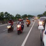 Pihak kepolisian mengalihkan sepeda motor untuk masuk ke jalan tol. Foto: Dede/pojokjabar