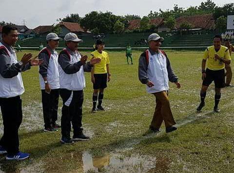 Tendangan pertama yang dilakuka oleh Kepala Dinas Pendidikan Kabupaten Cirebon, Asdullah sebagai bentuk dibukanya turnament sepak bola pelajar se Kabupaten Cirebon. Foto: Dede
