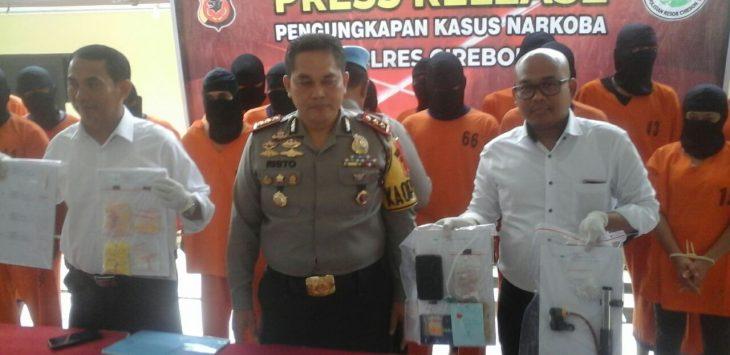 Polres Cirebon menunjukkan barang bukti narkoba dari 18 orang pelaku saat press release di Mako Polres Cirebon, Selasa (20/2/2018). Foto: Alwi/pojokjabar.com