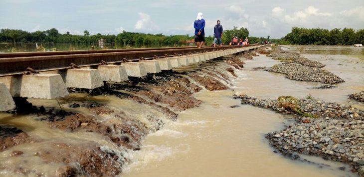 Rel kereta api (KA) Cirebon yang terendam air karena meluapnya sungai Cisanggarung. Foto: Alwi/pojokjabar.com