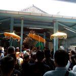 Jenazah Ratu Raja Fauzier Kencana Wungu saat akan dikebumikan di astana Gunung Sembung Kabupaten Cirebon. Foto Alwi/pojokjabar