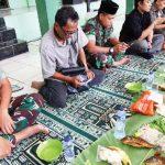 MAKAN BERSAMA: Dandim 0508/Depok, Letkol Inf Iskandarmanto saat makan bersama anggotanya dan para jurnalis yang bertugas di Kota Depok, juma't (23/2/18). Irwan/Radar Depok