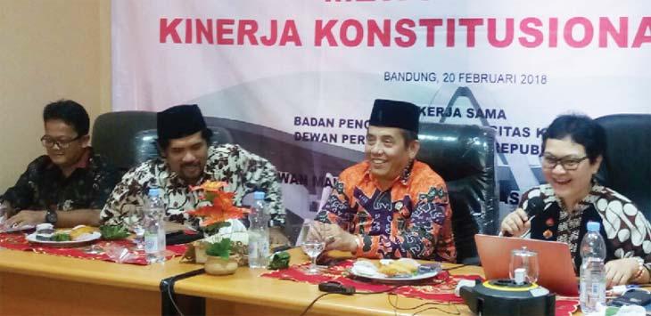 DIALOG : (ki-ka) Anton Budi Indrayana, Staf Ahli Kepresidenan Dr Asep Salahudin, Anggota DPD Ir Ayi Hambali dan Dosen Fak Hukum Unpad Dr Susi Dwi Harjanti saat dialog publik dengan BEM perguruan tinggi se Bandung Raya di kantor DPD RI, Kota Bandung, Selasa (20/2). Ist