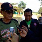 Camat Ciledug Solihin HS langsung turun kelokasi guna meninjau korban Banjir di Desa Ciledug Wetan. Foto: Alex/pojokjabar