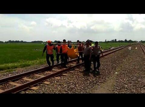 Petugas saat membawa jenaza korban kecelakaan kereta api. Foto: Dede/pojokjabar