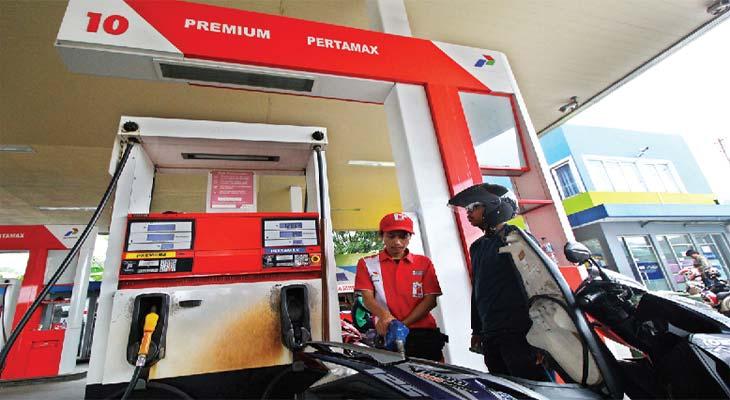 HARGA BBM NAIK: Petugas mengisi BBM jenis Pertamax ke kendaraan konsumen di SPBU di kawasan Jalan Tole Iskandar, Sukmajaya, kemarin (26/2). PT Pertamina (Persero) menaikkan harga BBM nonsubsidi Pertamax, Pertamax Turbo, Pertamina Dex dan Dexlite mulai dari Rp300 hingga Rp750 per liter tergantung jenis BBM dan daerah terhitung sejak Sabtu kemarin, untuk menyesuaikan kenaikan harga minyak dunia.