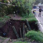 AMBLAS: Jalan provinsi penghubung Kabupaten Subang dan Kabupaten Purwakarta di Desa Sagalaherang Kaler Kabupaten Subang amblas. MOHAMAD ANWAR/RADAR BANDUNG
