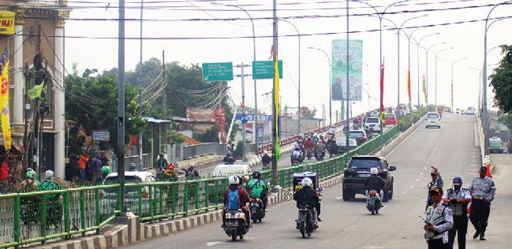 JALUR SSA: Sejumlah kendaraan sedang melintas di jalur uji coba Sistem Satu Arah (SSA) di Jalan Arif Rahman Hakim.. Ahmad Fachry/Radar Depok