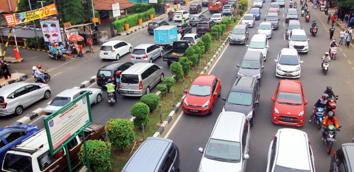 PADAT: Sejumlah kendaraan terjebak kemacetan saat melintas di Jalan Raya Margonda. Ahmad Fachry/Radar Depok