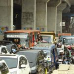 TAMBAH PARAH: Kemacetan jalur Sholis jumát sore (23/2/18) kian parah akibat arus lalu lintas yang dialihkan sementara selama pemasangan box girder seberat 40 ton. Nelvi/Radar Bogor