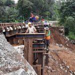 DIUJICOBAKAN: Jalur kereta Bogor-Sukabumi di Kampung Maseng, Desa Warung Menteng, Kecamatan Cijeruk, saat diperbaiki, selasa (20/2/18). Andika/Radar Bogor