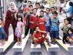 SENANG SEKALI: Istri Wakil Walikota Depok, Martha Catur Wurihandini (kiri) bersama anak-anak berfase di gambar 3D di Jalan Danau Tonado RW03, Kelurahan Baktijaya, Kecamatan Sukamajaya, jumát (23/2/18). Irwan/Radar Depok