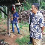 JENGUK KORBAN KEBAKARAN: Tokoh masyarakat Tanjungsari H. Umuh Muchtar saat berdialog dengan Rukiah korban kebakaran di Dusun Lebakbitung Desa Mekarbakti Kecamatan Pamulihan. TOHA HAMDANI/RADAR SUMEDANG